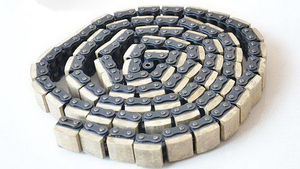 ROLLER CHAIN WITH VULCANISED ELASTOMER PROFILES